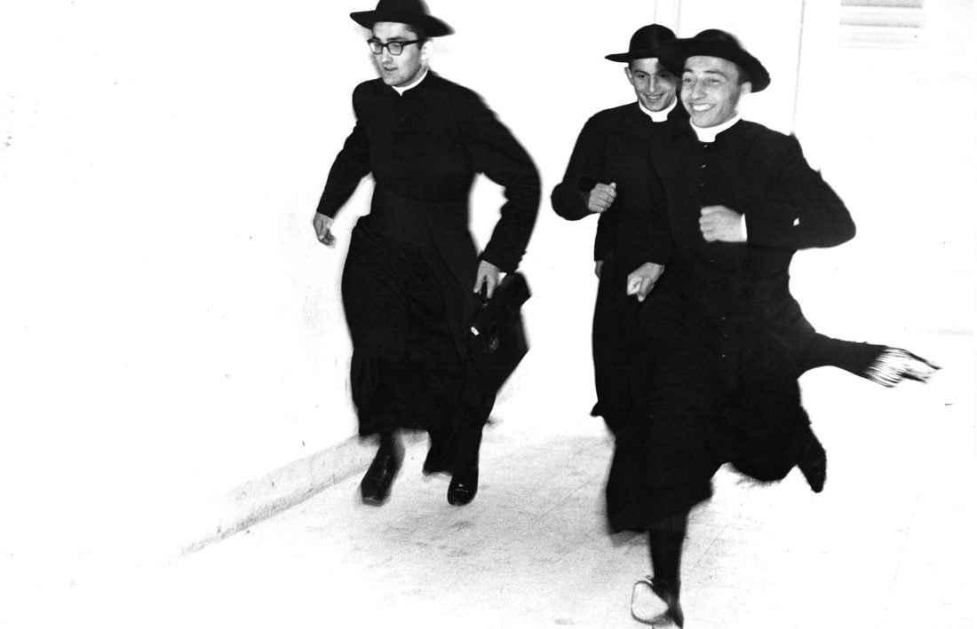 mario giacomelli priests running